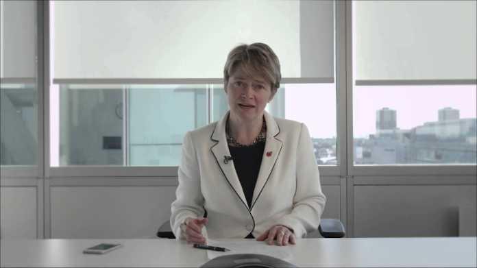 Harding wendet sich in einer Videobotschaft an ihre Kunden.