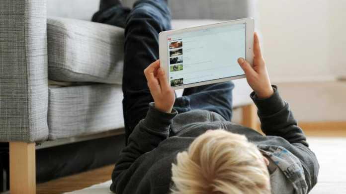 Kind mit Tablet
