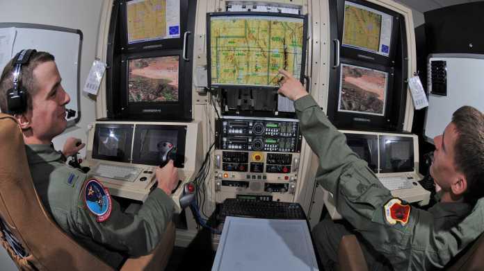 Zwei Drohnensoldaten