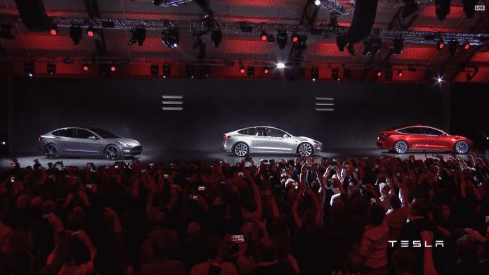 Drei Tesla Model 3 auf einer Bühne
