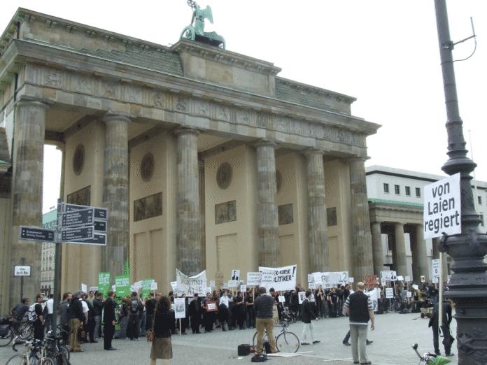 """Protest gegen das Sperr-Gesetz mit der """"Sperrwache"""" am Brandenburger Tor (Bild:einmachglas.wordpress.com/2009/06/18/bilder-von-der-sperrwache09)"""