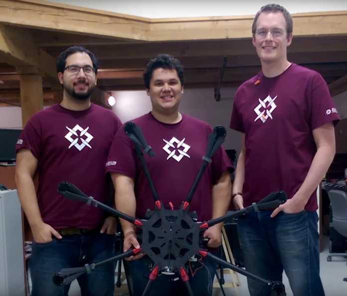 3 Männer in weinroten T-Shirts