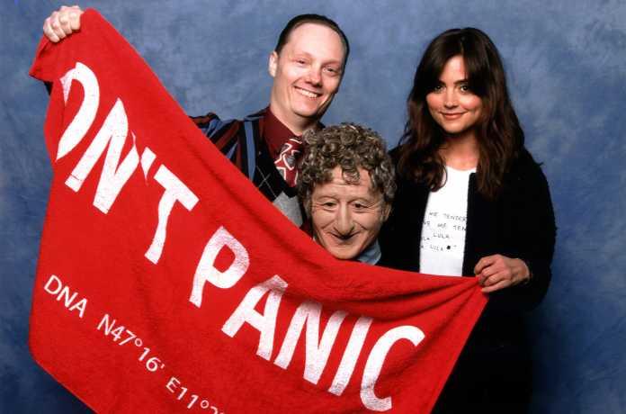 Ohne Handtuch sollte man niemals per Anhalter durch die Galaxis reisen, findet auch Doctor-Who-Sidekick Jenna-Louise Coleman (rechts im Bild).