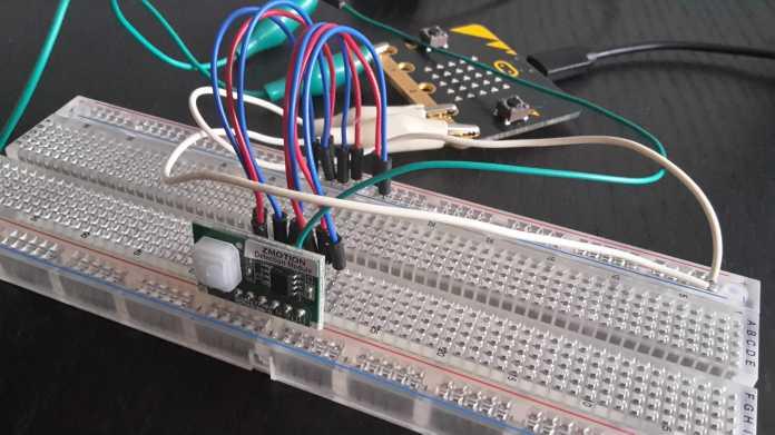 Der BBC Micro Bit im Praxistest ? hier mit einem Bewegungsmelder verschaltet, der über Bluetooth ein Foto mit dem Smartphone auslöst.