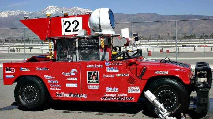 Rotes Auto mit allerlei Aufbauten