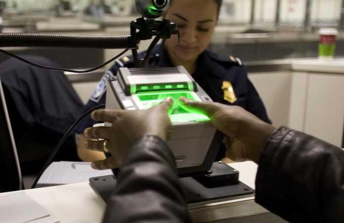 Fingerabdrücke eines Reisenden werden gescannt