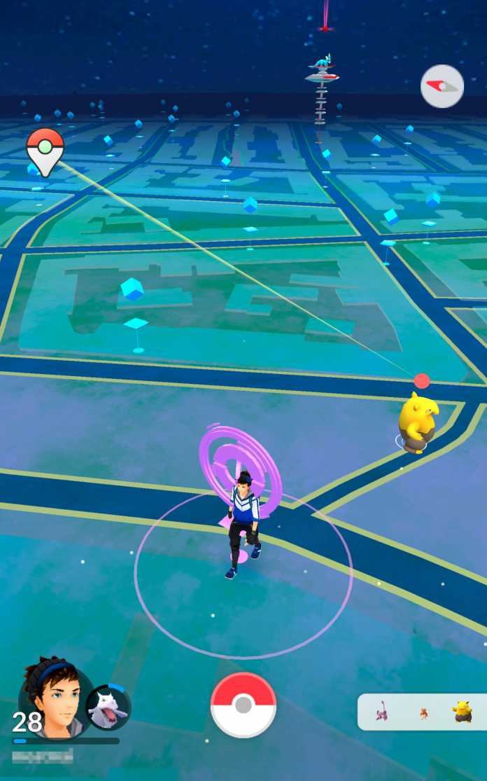 Hinter dem Spieler materialisiert sich ein Traumato: Pokémon Go Plus hats schon im Visier.