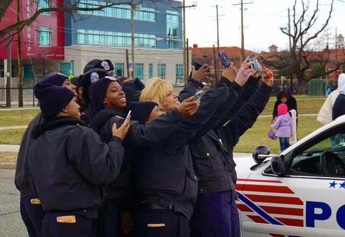 Polizisten machen Selfies