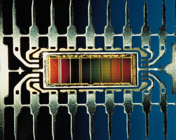 Ende 1987 werden die ersten 1-MB-Chips produziert.