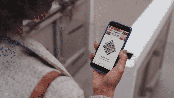 Der Code der Amazon-Go-App wird beim Eintreten in das Geschäft gescannt