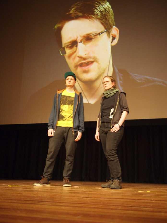 Die Blogger Anna Biselli und Andre Meisner von Netzpolitik.org, die intensiv die Arbeit des NSA-Untersuchungsausschusses verfolgen, in der Video-Konferenz mit Edward Snowden.