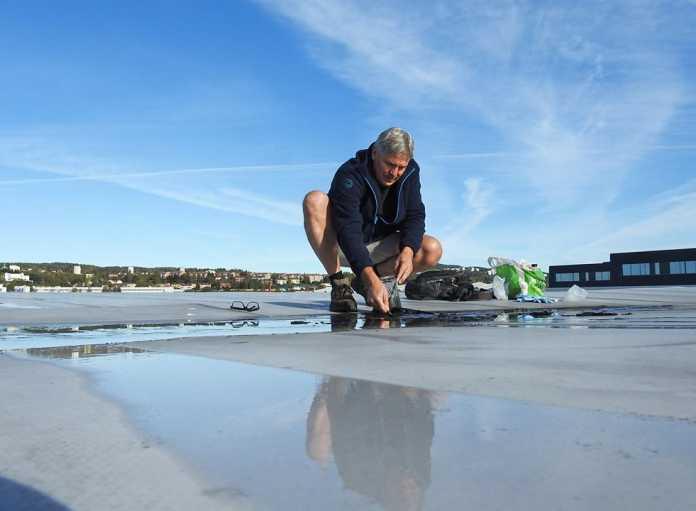 Jon Larsen auf einem Dach