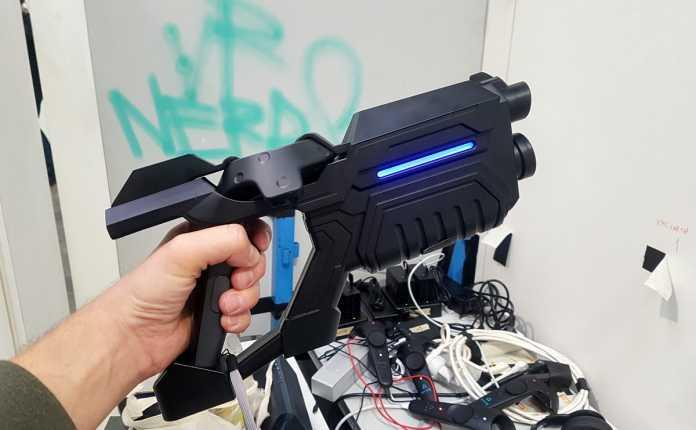 """Die selbstentwickelte """"Laser""""-Pistole wird im Raum getrackt und hat Rückstoß."""