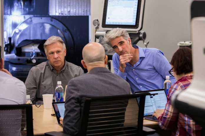 Apple-Marketingchef Schiller (links) und Softwareboss Federighi beim Mac-Pro-Briefing mit ausgewählten Journalisten.