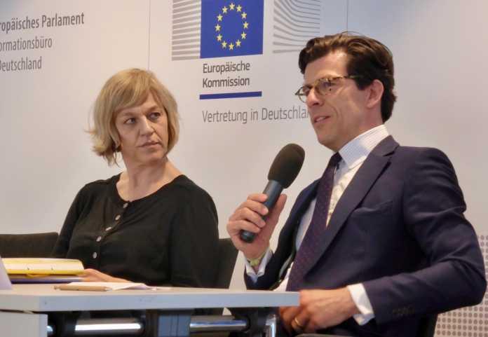 Renate Nikolay mit Frederick Richter von der Stiftung Datenschutz