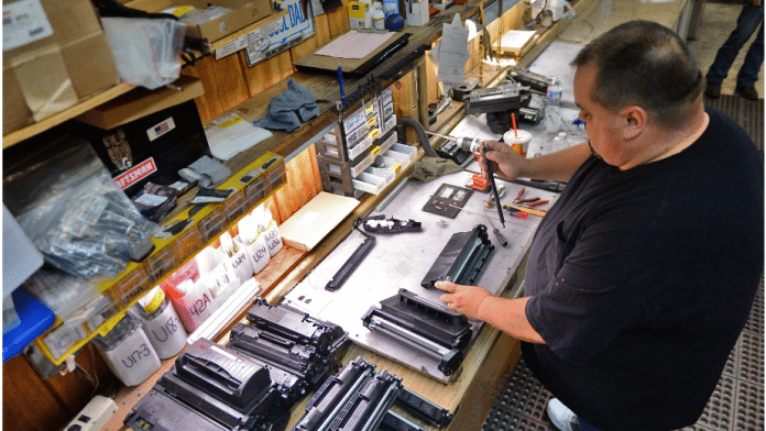 Arbeiter mit zerlegter Druckerpatrone
