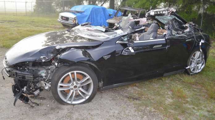 Tödlicher Unfall mit Tesla: Fahrer missachtete Warnhinweise