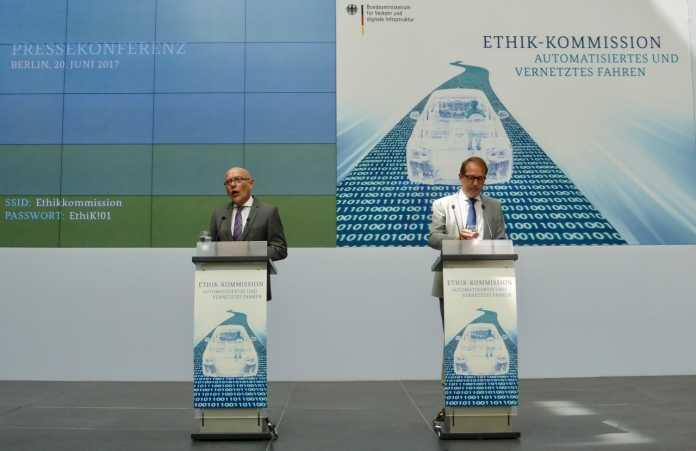 Di Fabio und Dobrindt präsentieren den Bericht der Kommission.