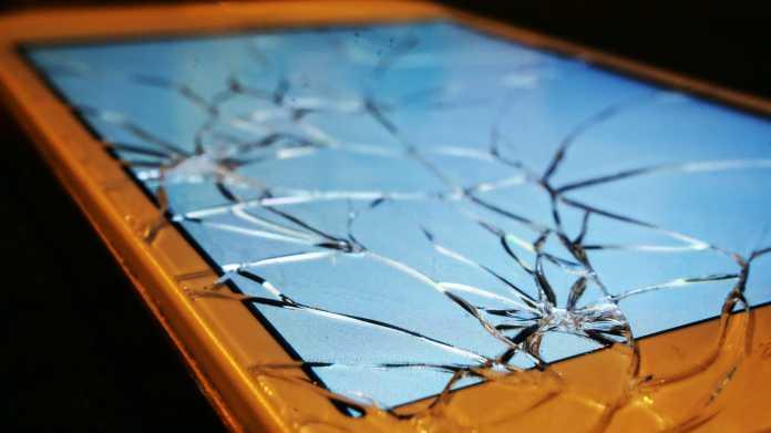 Handy mit geborstenem Touchscreen