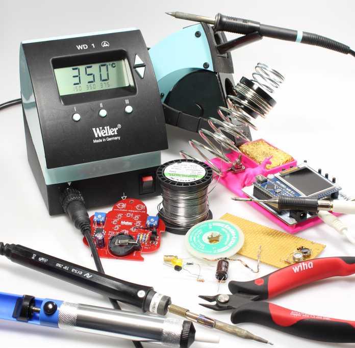 Ein Lötkolben mit Spannungsversorgung sowie weitere Werkzeuge zum Löten
