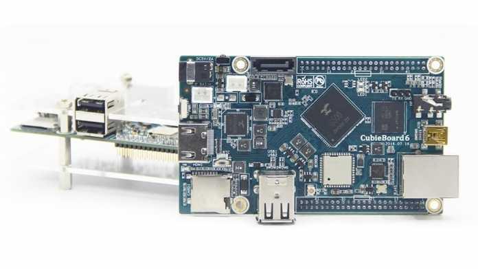 Ein blaues Board neben einem transparenten Gehäuse