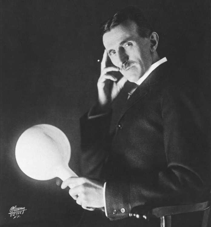 Nikola Tesla in den 1890er Jahren mit drahtlos leuchtender Lampe