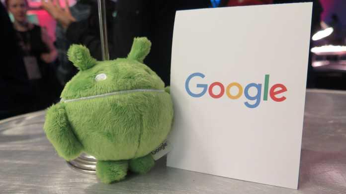 """Plüsch-Androide neben Schild """"Google"""""""