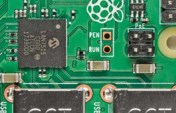 Im neuen LAN- und USB-Chip LAN7515 des Raspi 3B+ stecken zwei USB-2.0-Hubs und Gigabit-Ethernet. Über die PoE-Pins kann der neue Raspi sich aus dem Ethernet-Kabel mit Strom versorgen.