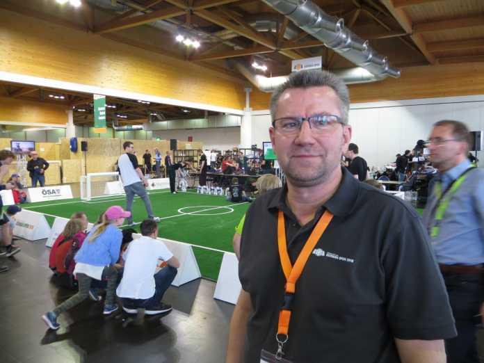 Ansgar Bredenfeld, Koordinator der RoboCup German Open, vor dem Spielfeld der Standard Platform League.