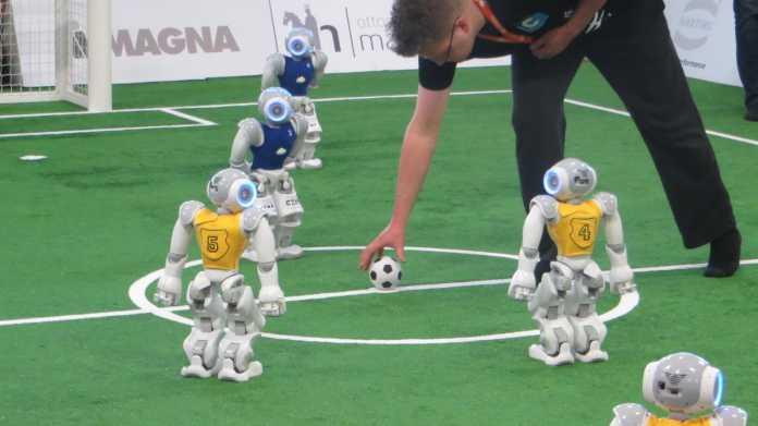 RoboCup German Open: Roboterfußball, Softwareprobleme und durchgebrannte Motoren