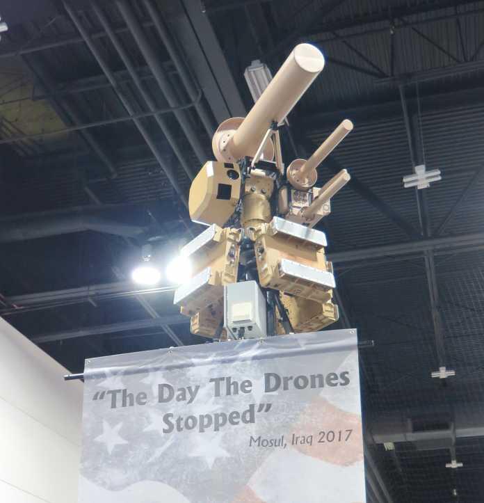 "Stabantennen-Phalanx in Militärfarben, darunter Banner ""The Day the Drones Stopped"""