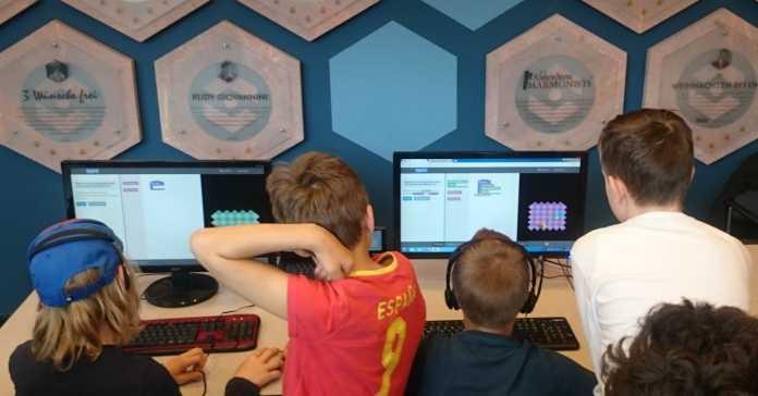 Kinder vor Rechnern