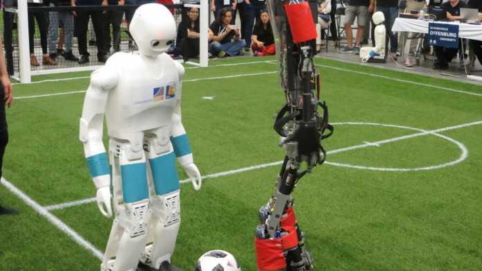 RoboCup-WM: Wie Roboter das Laufen und Sprechen lernen sollen