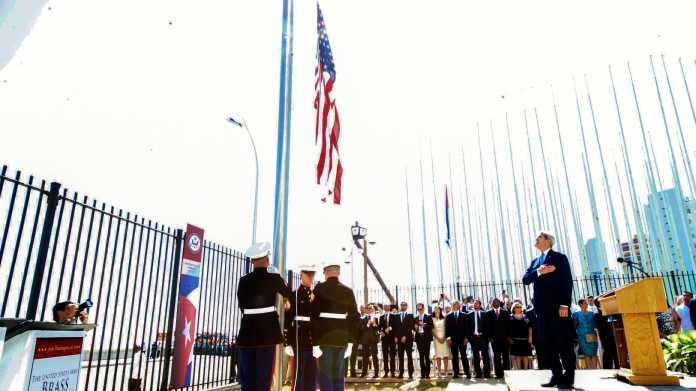 Marineinfanteristen hissen die US-Fahne vor der US-Botschaft in Havanna