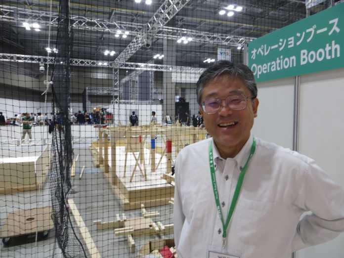 Satoshi Tadokoro, Leiter der Disaster Robotics Category, vor der Arena der Standard Disaster Robotics Challenge.