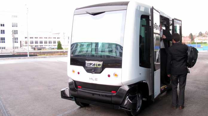 Weißer Shuttlebus EZ10