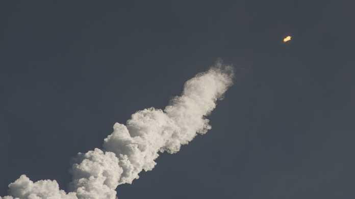 Wolkenschwanz gestarteter Rakete