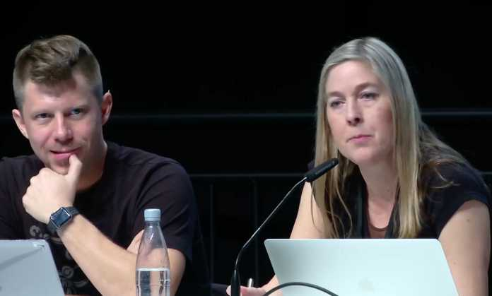 Die CCC-Sprecher Linus Neumann und Constanze Kurz zogen in ihren Abschlussreden ein gemsichtes Fazit.