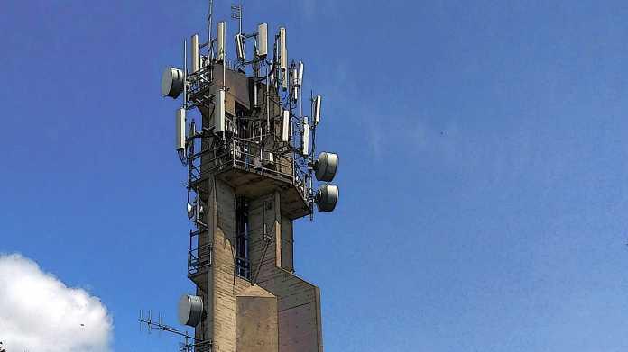 Betonturm mit vielen Mobilfunk-Antennen und Richtfunk-Antennen