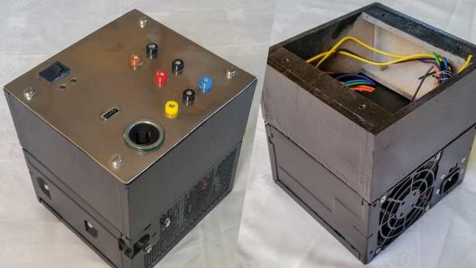 Zwei Ansichten eines schwarzen Würfels: unten ist ein Netzteil verbaut, oben werden weitere Elektronik und Anschlüsse verbaut.