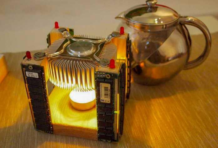 Teekanne neben Tee-Stövchen aus CPU-Kühler.