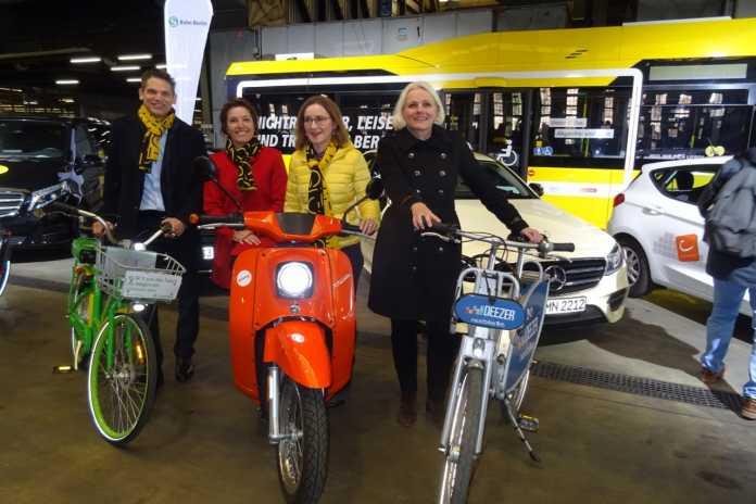 Bei der Vorstellung von Jelbi: BVG-Vorstandsmitglied Henrik Haenecke, Snezana Michaelis (Gewobag), BVG-Chefin Sigrid Nikutta und Verkehrssenatorin Regine Günther (v.l.n.r.)