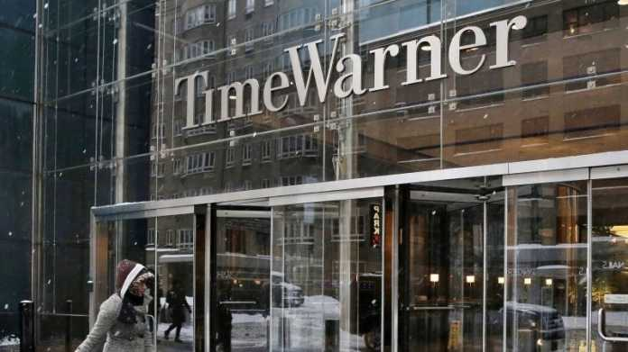 """""""Time Warner""""-Schriftzug auf Glasfassade über Gebäudeeingang"""