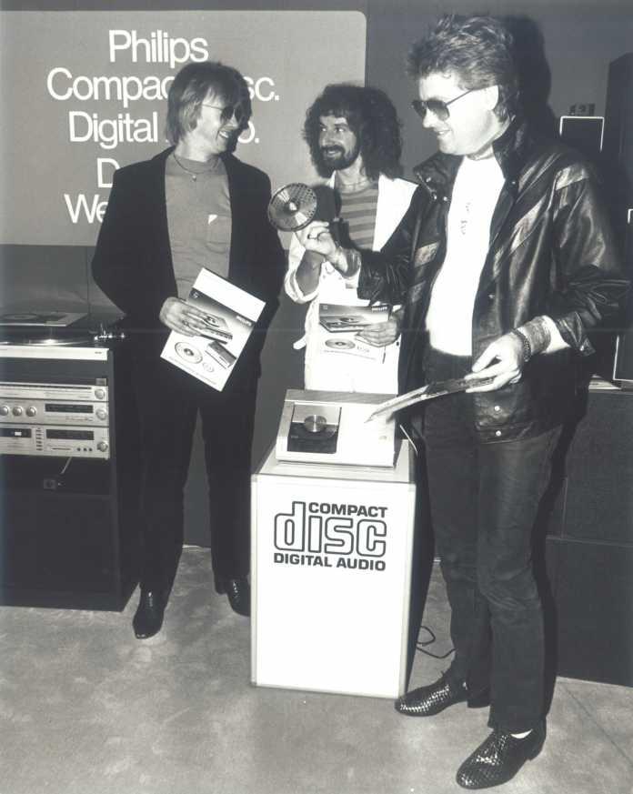 Zum Europastart der CD 1983 trommelt die britische Band Barclay James Harvest für die Silberscheibe.
