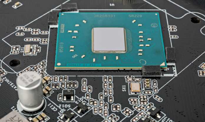 PC-Mainboard mit Prozessor im Flip-Chip Ball Grid Array-Gehäuse: Der Siliziumchip sitzt kopfüber (flipped, FC) auf einem Raster aus Lotkugeln (BGA), das ihn mit dem grünen Die Carrier verbindet.