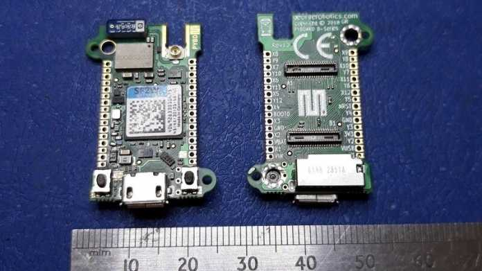 Zwei Mikrocontrollerboards neben einem Zentimeter-Maß.