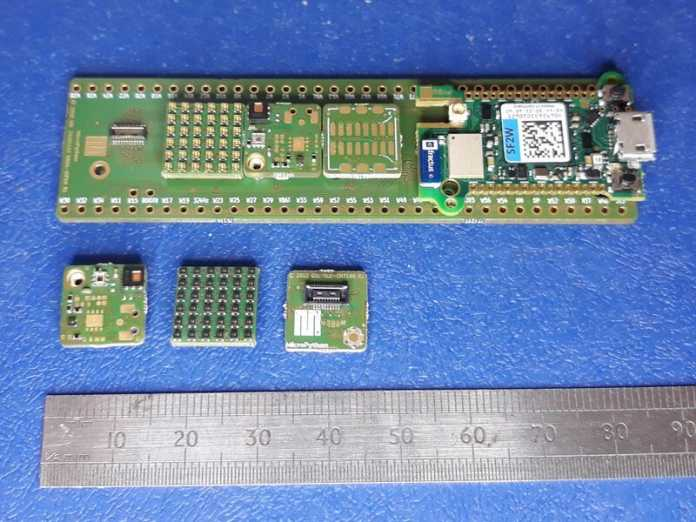 Adapterboard mit kleinen, quadratischen Sensortiles.