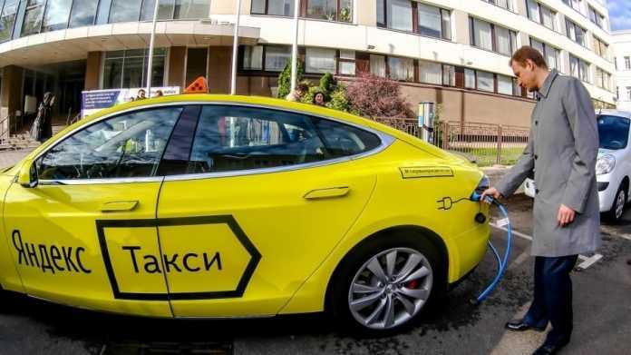 """Gelber Tesla mit russischer Aufschrift """"Yandex Taxi"""""""