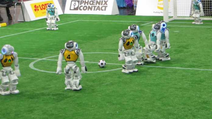 RoboCup: Schwankende Roboter kicken auf Kunstrasen