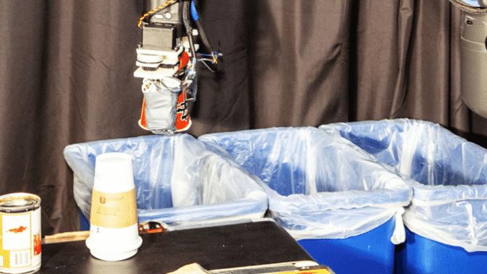 Recycling-Roboter sortiert durch Tasten